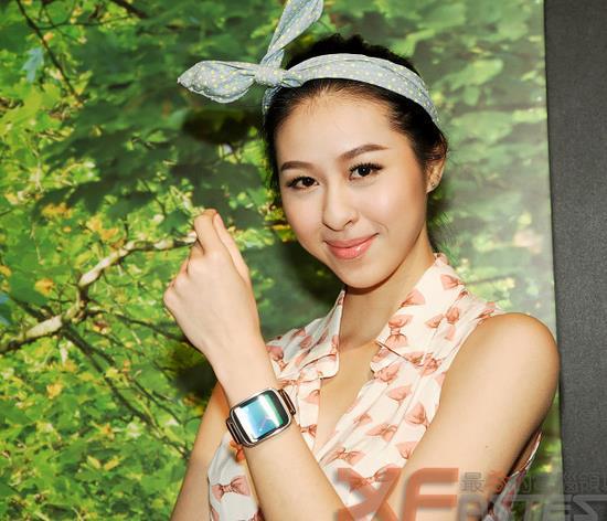 嫩模倾情感示华硕ZenWatch智能手表