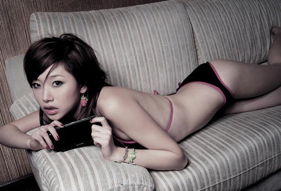 妖娆美女和她的最爱PSP掌上游戏机美图