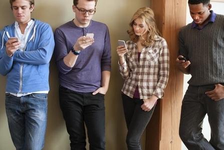 低头族走路玩智能手机,当心一身伤