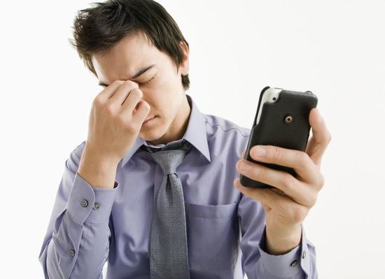 关灯玩平板电脑手机数码,小心眼睛病变