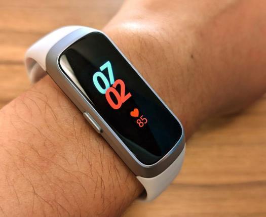 三星新版Galaxy Fit 靠轻便平价再战智能手环市场