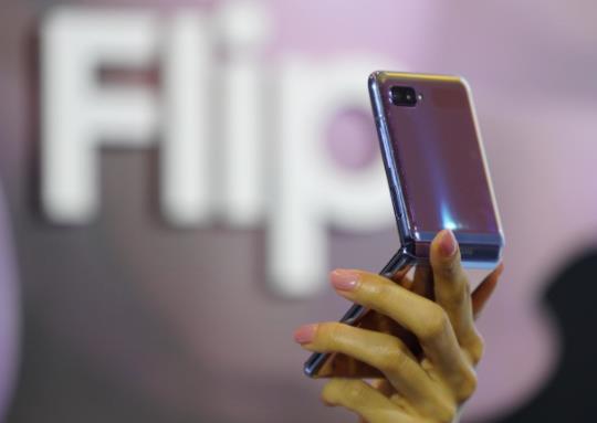 科技网实际评测 三星Galaxy Z Flip手机防尘效果不理想