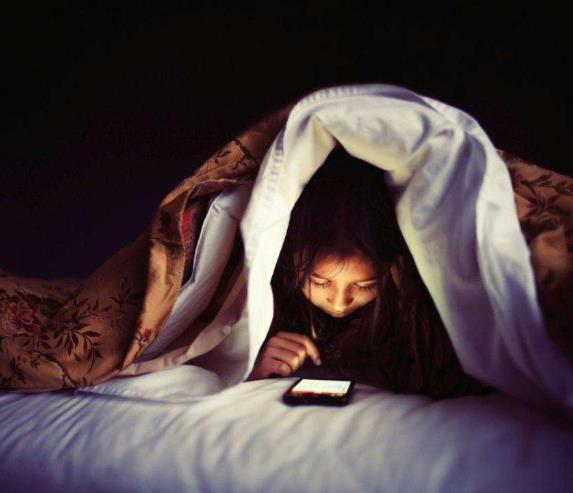 晚上玩手机,如何保护自己的视力?